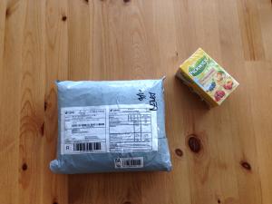 Poštovní balíček - Pro srovnání velikosti je na fotce klasická krabička od čaje
